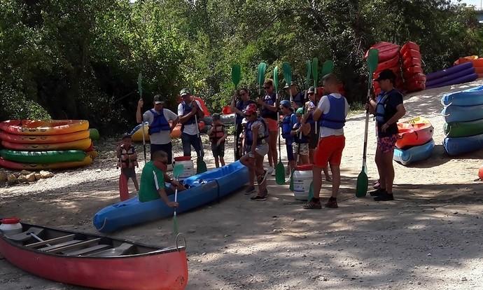 Initiation avant le départ sur la rivière en canoë kayak