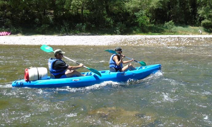 Kayak biplace avec un container