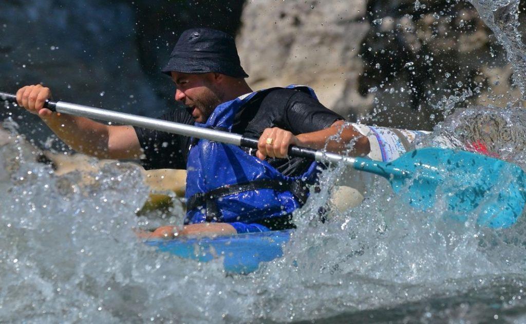 Jouer avec l'eau lors d'une descente en Canoë Kayak dans les Gorges de l'Ardèche.
