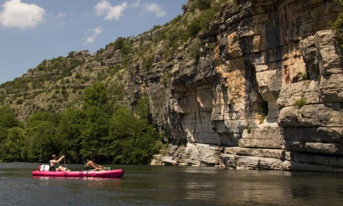 Les jolies falaises des Gorges du Chassezac à découvrir en Canoë Kayak au départ des Vans