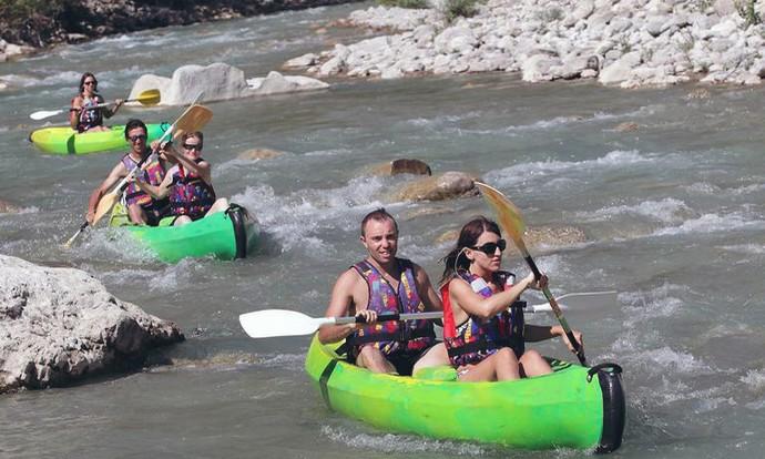 Descente en canoë kayak d'un rapide de la Drôme.