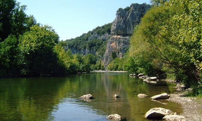 Un payasage paisible, une rivière facile c'est la descente de la Cèze en canoë kayak.