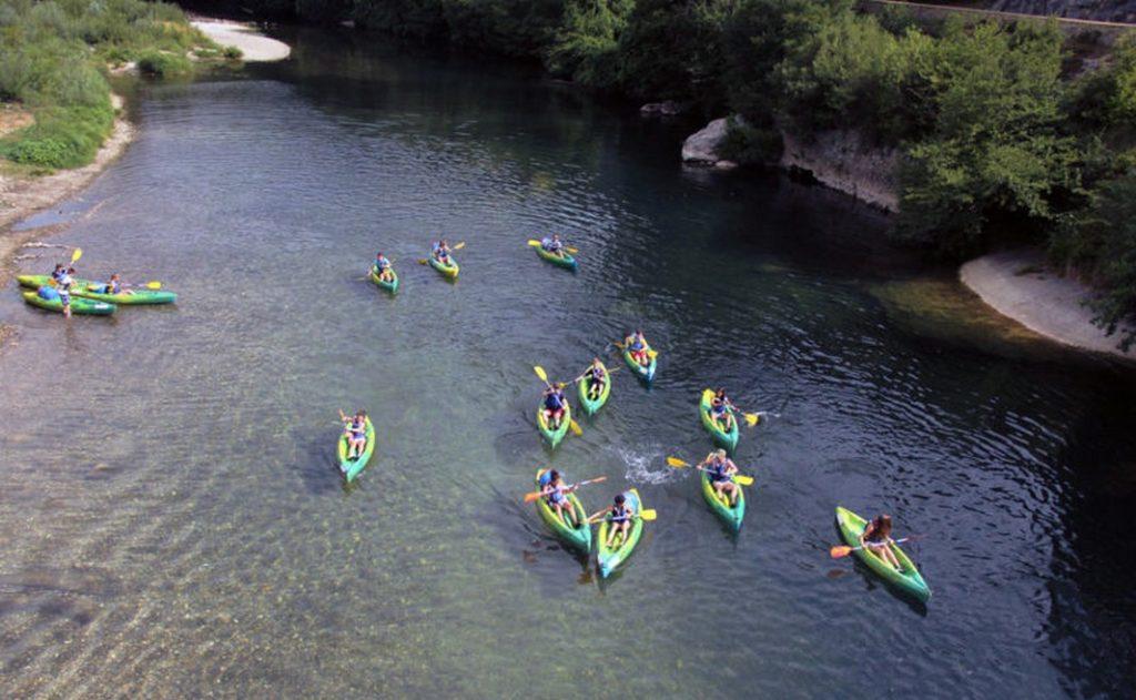 Partir avec un groupe d'amis en canoë kayak sur la Cèze.