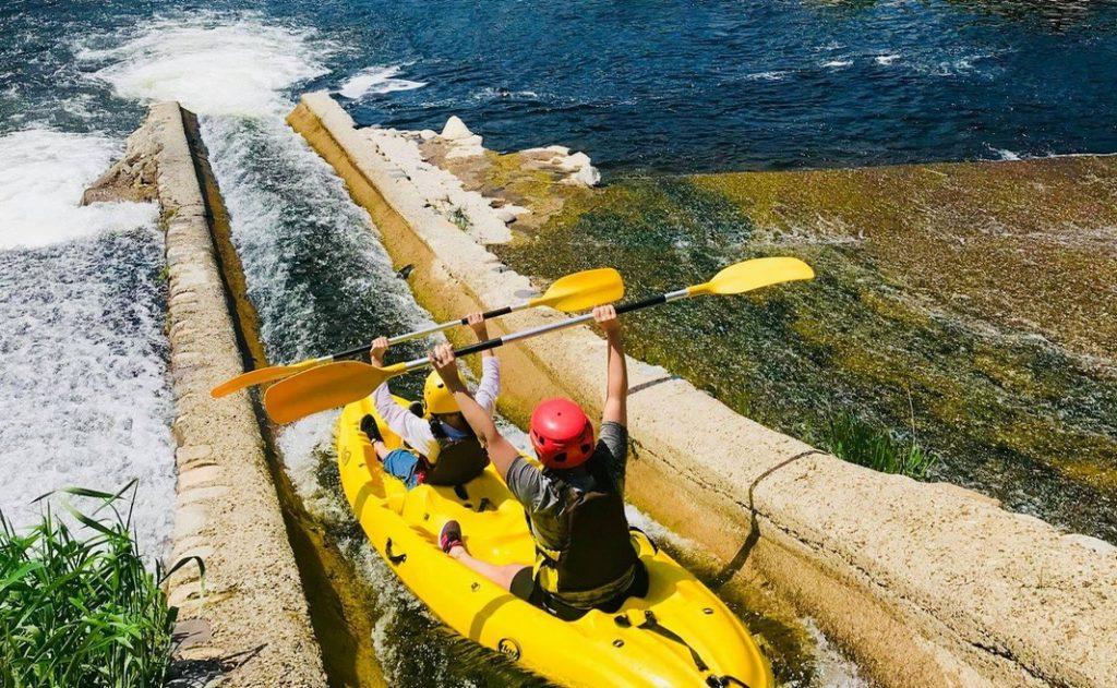 Passage d'une glissère sur l'Eyrieux, lors d'une descente en canoë-kayak.