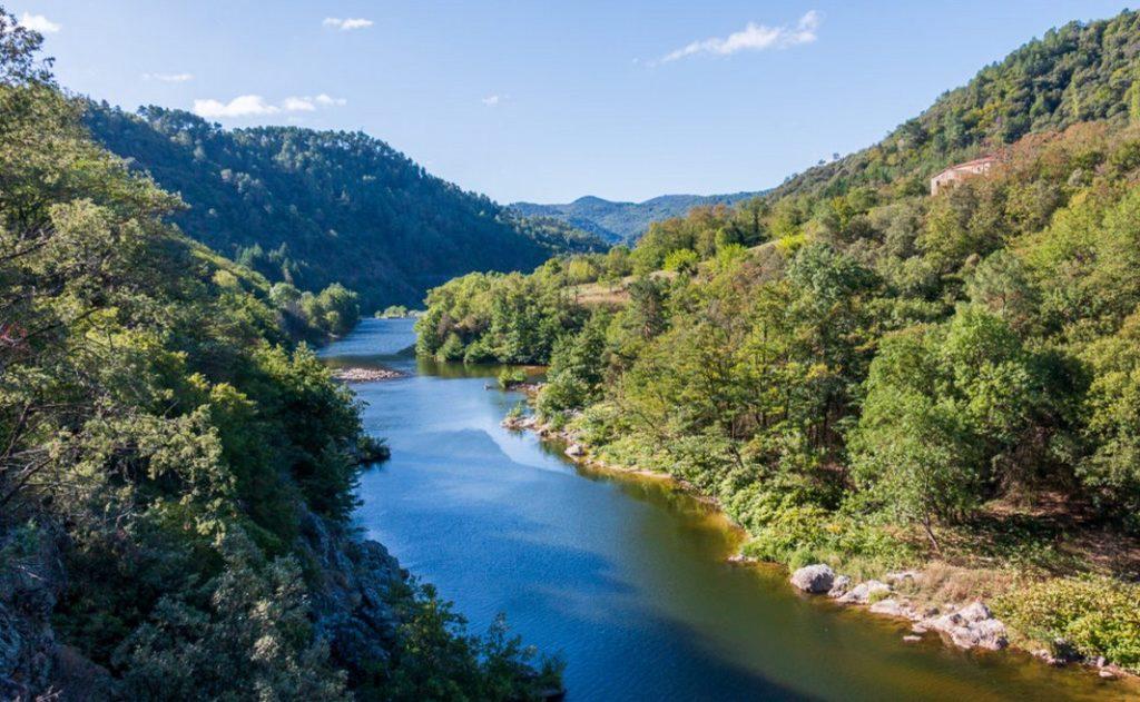 Découvrez la verte vallée de l'Eyrieux en descendant en canoë-kayak.