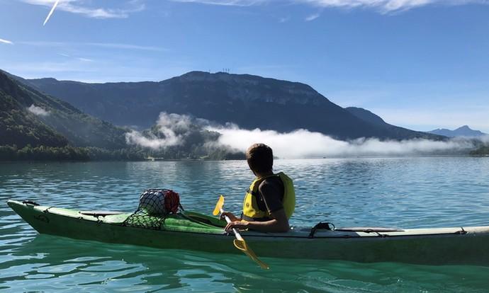 Le plaisirs du canoë kayak sur le lac naturel d'Aiguebelette.