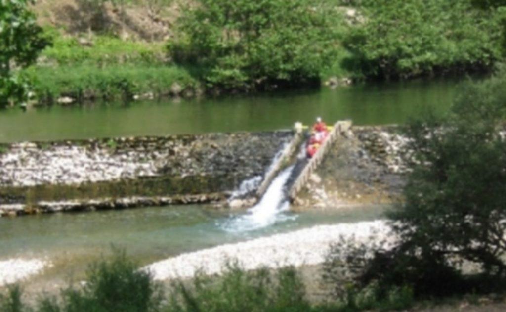 Franchissement d'une glissière, lors de la location d'un canoë-kayak sur le Tarn entre Les Vignes et Peyrelade.