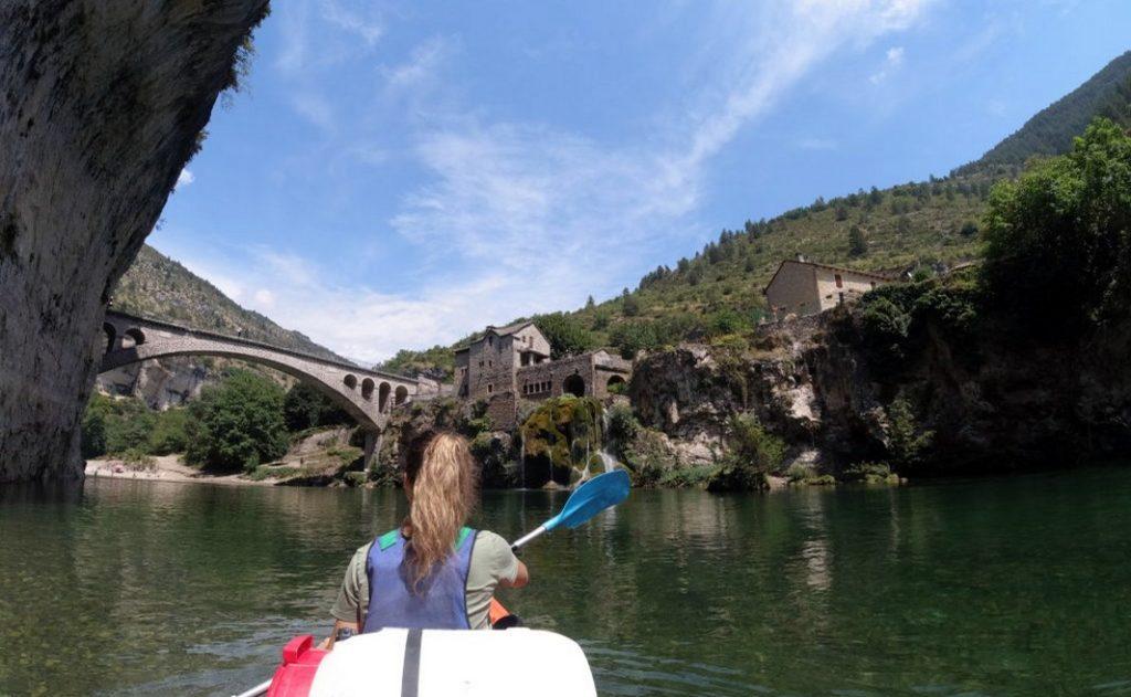 Location de canoë-kayak dans les Gorges du Tarn, jolie sue sur le village de Saint Chély du Tarn.
