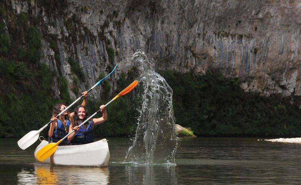 Les plaisirs de l'eau, lors d'une location de canoë kayak dans les Gorges du Tarn